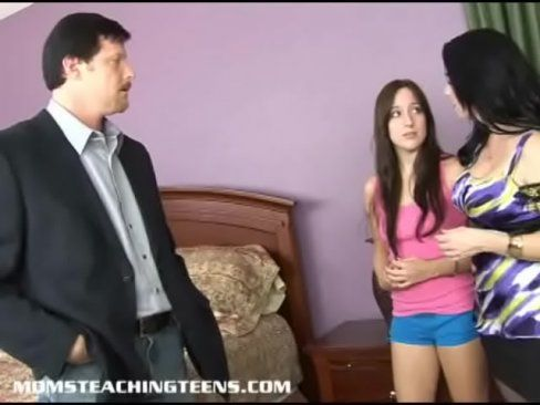 Coroa safada ensina filha a fuder