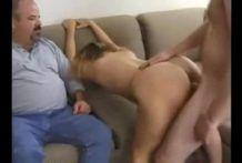 Comendo a esposa do corno gordo na frente dele