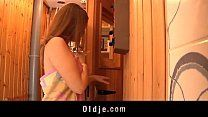 Pai metendo na buceta da filha dentro da sauna