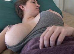 Branquinha peituda gostosa dormindo