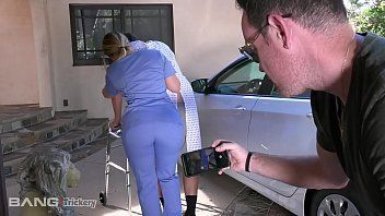 Enfermeira bunduda dando para o paciente