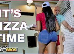 Entregadora de pizza metendo com o cliente